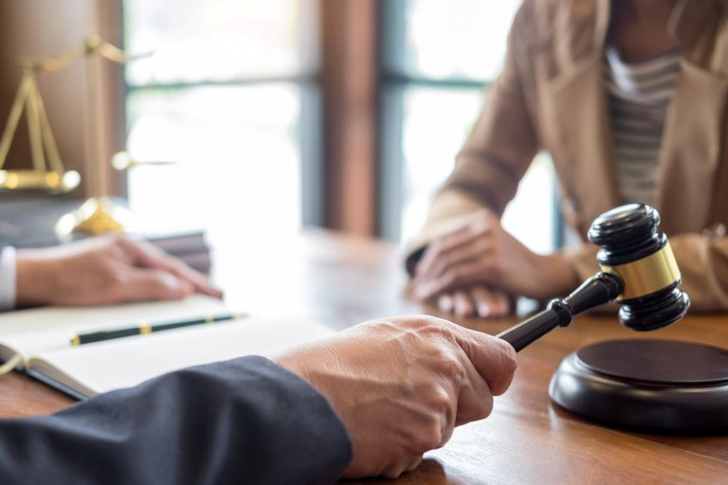 בית הדין לעבודה פסק פיצוי בגובה 100 אלף ₪ לעובדת בגין פיטורים שלא כדין